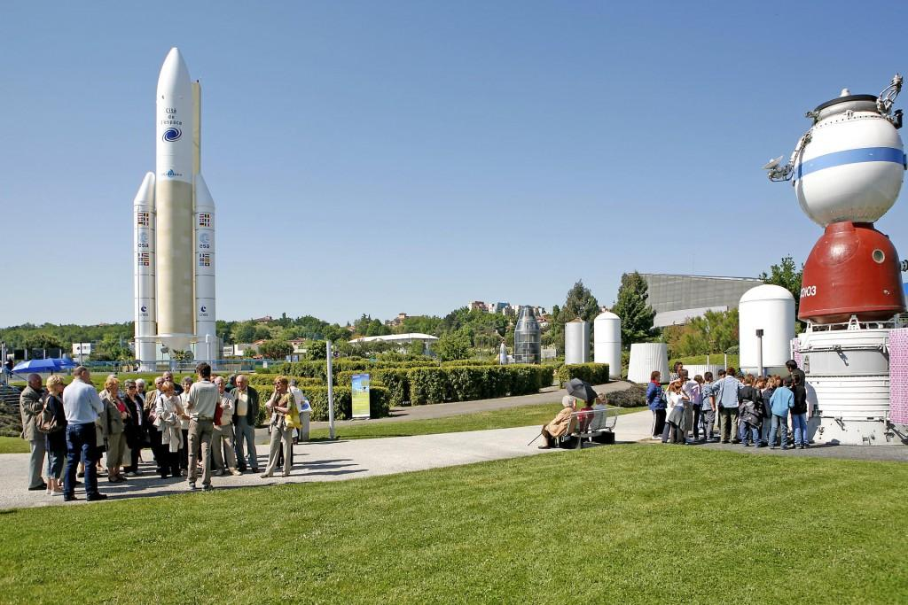 As a group, discover the Cité de l'espace