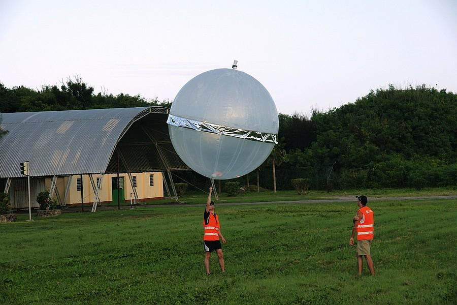 Launching a Boundary-Layer Pressurized Balloon (BLPB), a type of balloon able to fly in the boundary layer of the earth's atmosphere for several days, equipped with scientific instrumentation for performing thermodynamic measurements.